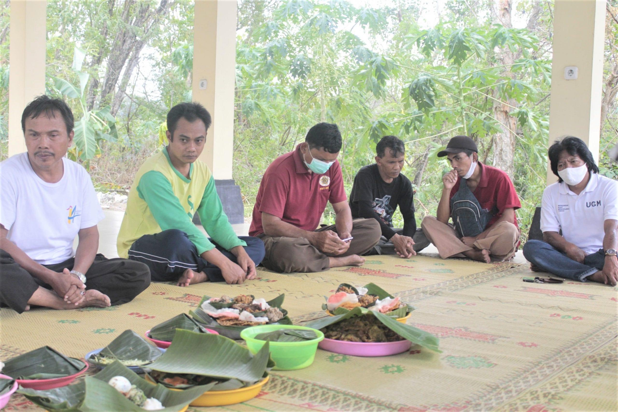 Kehadiran para pekerja lapangan PIAT UGM yang mengurusi lahan di Mangunan serta pekerja yang akan mengurusi langsung proses penyulingan minyak kayu putih.